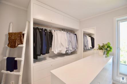 Den ene avdelingen har godt med plass til skjorter og jakker, annet tøy. Et praktisk speil med ramme og matchende stige