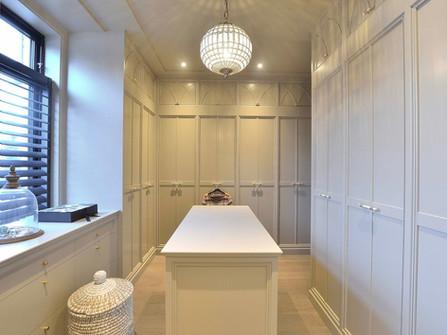 Walk in Closet i delikat lys grå farge med gjennomført design i hver detalj
