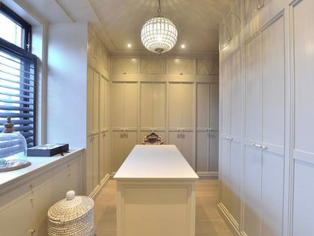 Walk in Closet i delikat lys grå farge rik på detaljer og gjennomført design