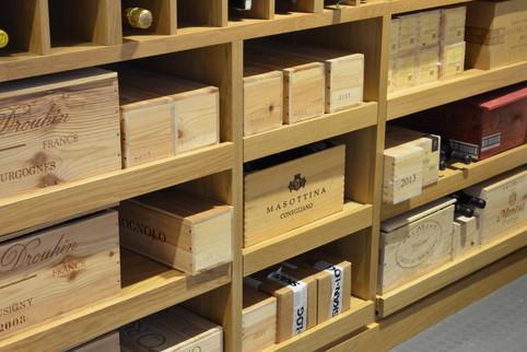 Praktiske uttrekk til vinkasser i underdelen av vinhylla