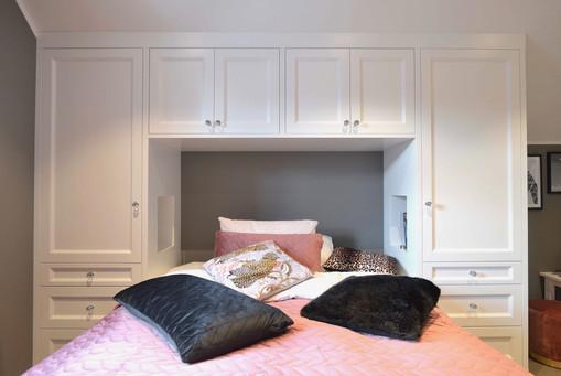 Garderober og toppskap bygget rundt seng og tilpasset skråtak