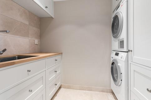 Lys grå innredning til vaskerom Slett⎮Basic⎮InFrame og eik naturell benkeplate behandlet med Osmo hardvoksolje