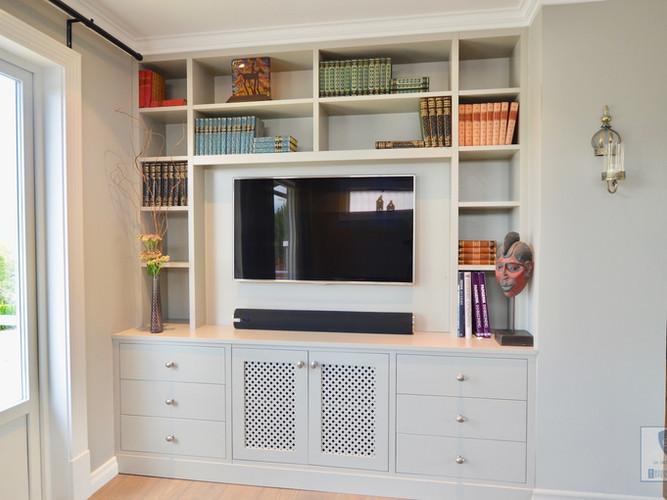 Plassbesparende bokhylle og TV benk i ett