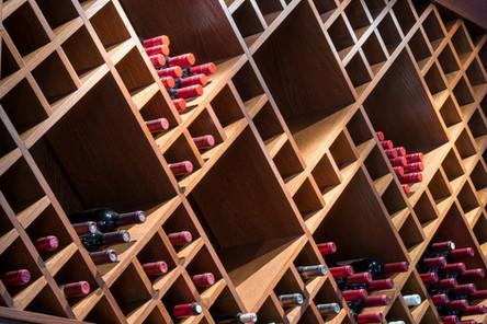 Spennende med varierte oppdelinger av vinhyller i kryss