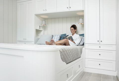 Behaglige omgivelser på soverommet inspirerer til å kose seg med en god bok på sengen