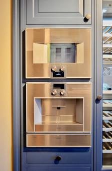 Kaffemaskin og kombi ovn fra kvalitetsleverandøren Gaggenau er et naturlig valg av hvitevarer til dette kjøkkenet