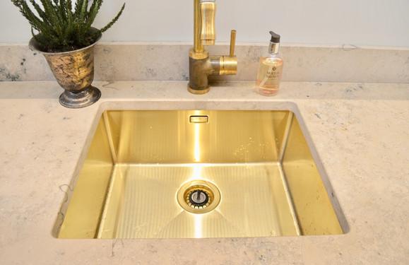 Vask og kran fra Tapwell og benkeplate i Jura Grey kompositt