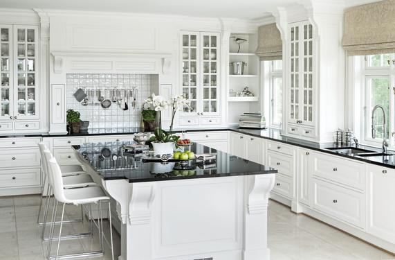 Eksklusivt kjøkken spesial designet i herregård stil med kjøkken øy og grue. Innfelte profilerte fronter.  Utsmykkede pilastere, knekter og sokkel. benkeplater i mørk granitt
