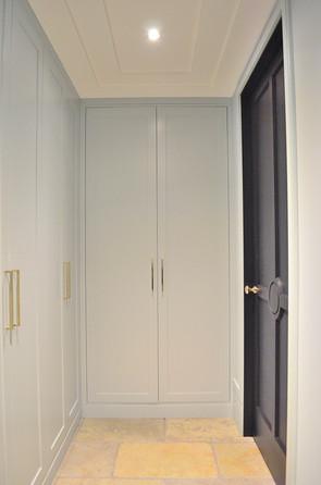 Innfelte rammedører med profilert listverk og vegg i samme farge som innredningen