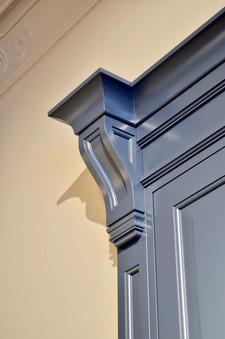 Detaljer som profilerte gesims og pilastere gir dette kjøkkenet et verdig og eksklusivt preg