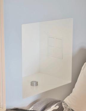 Nattbord med skjult stikk og lys innebygget i sideskapene