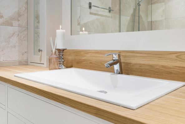 Nedfelt hvit porselensvask med eik naturell benkeplate behandlet med Osmo hardvoksolje