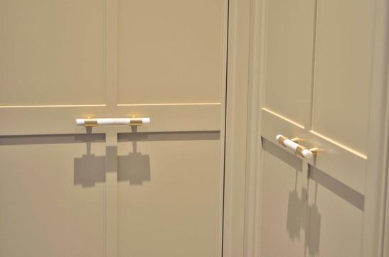 Detalj fra dører i garderobe hjørne