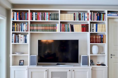 Spesialtilpasset bokhylle. Innebygget tv benk. Eget skap med lufting til dekoder. spalte på venstre side til gardin. Lys grå farge og antikk tinn knotter