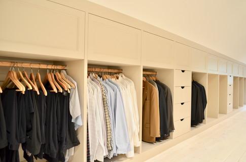 Godt med heng til skjorter og jakker praktisk oppdelt med skuffeseksjoner til bukser, overdeler eller undertøy