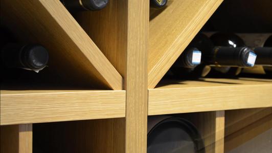 Vinhylle i lys eik til oppbevaring i vinrom