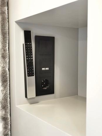 Nattbord innfelt i garderoben med stikk, lading og oppheng til fjernkontroll