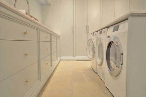 Dobbel vaskemaskin og tørketrommel under benk