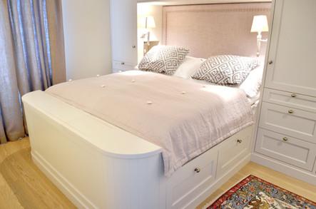 Skreddersydd seng. Praktiske skuffer under sengen. Malt i lys grå med dusty lilla tekstiler