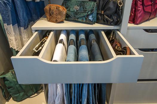 Praktisk bukseholder med uttrekk i walk in garderobe