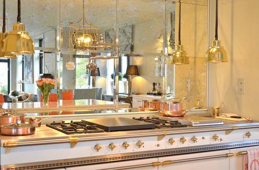 Antikke speilglass, messingdetaljer og en komfyr fra Lacanche på hele 180cm. Kjelekran fra Kohler