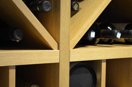 Alle kryss og overganger i denne vinhylla oser av tekniske håndverksmessige kvaliteter