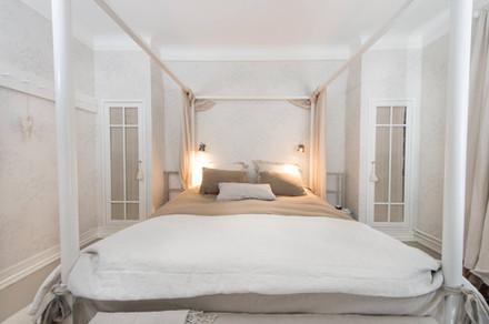 Himmelseng med plassbygde garderober skreddersydd til soverommet. lyse farger som harmonerer med tekstilene