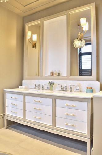 Hvite skuffer og speil innrammet i lys grå farge (hyller skal ettermonteres midtre overskap)
