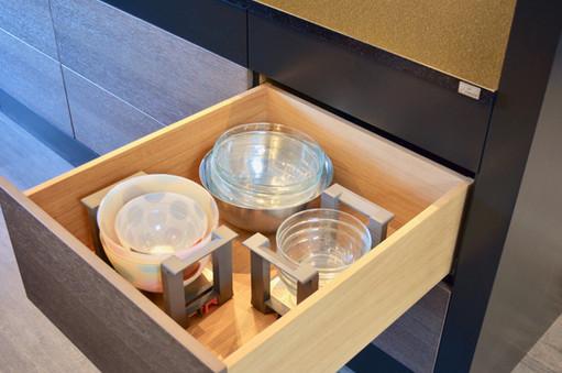 Dype praktiske skuffer med justerbare holdere til tallerkener og skåler fra beslagsprodusenten Blum