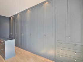 Garderobe mot vegg med skråtak malt i St Pauls Blue