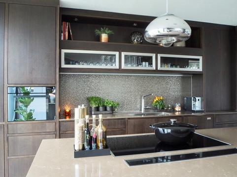 Flotte detaljer i dette design kjøkkenet med innebyggede skaper og innfelte fronter. Induksjon topp fra V-zug og downdraft ventilator fra Falmec