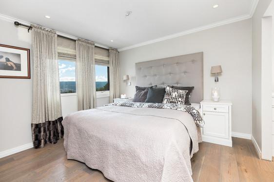 Spesilatilpassset seng med sengegavl og nattbord