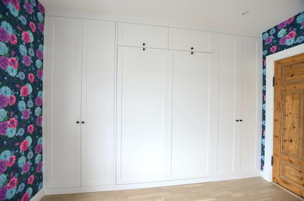 Stor skapseng/ Murphy seng innfelt i vegg til vegg garderobe. Jotun klassisk hvit farge og ONE knotter i sort fra R. Bergersen