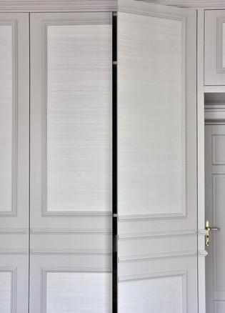 Skap med hengslede dører og trykkåpning