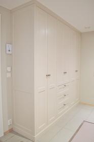 Garderobe i gang. tilpasset til vegg og tak. klassisk utførelse. Malt i lys grå farge med antikk tinn knotter