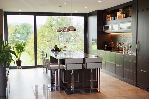 Dette kjøkkenet i mørkbeiset eik ble vinner av Gullfjæren årets kjøkken i 2018