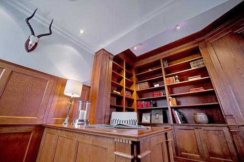 Bibliotek innredning med mørkbeiset eik i old english style