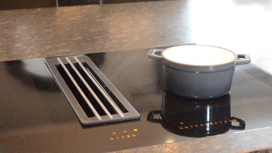 Video av funksjonsrikt kjøkken i spenstige gråtoner