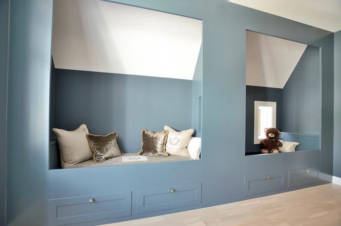 To senger innebygget under skråtak på barnerom med skuffer for oppbevaring. Farge på vegg og innredning er S 7010-B10G Oslo