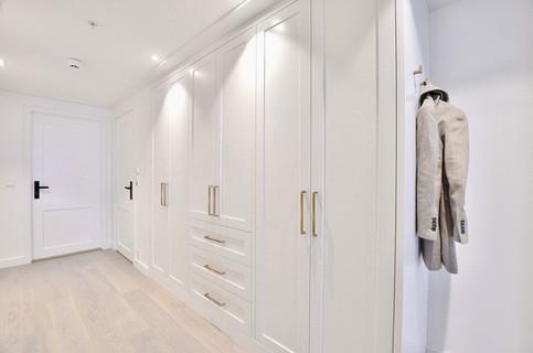 Garderobe i klassisk hvit og antikk messing