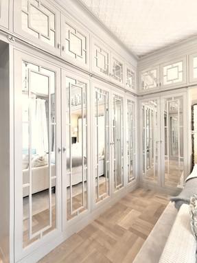 Innfelte garderobedører med speilglass og detaljerte sprosser i to høyder