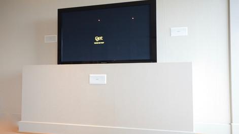 TV bygget inn med matchende struktur og farge. I åpen posisjon