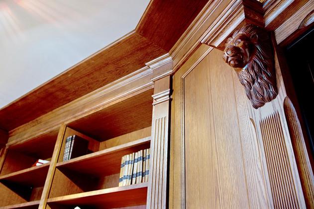 Brystninger, paneler og hyllebærere med løvehoder
