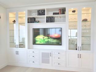 Stuemøbel med glasskap, bokhylle og The frame TV