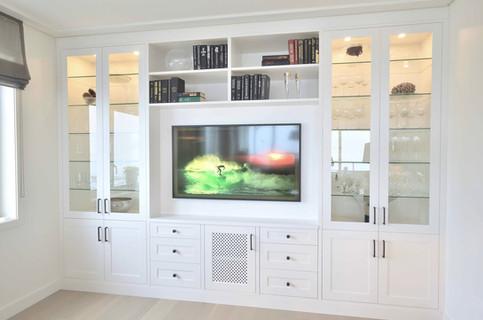 Stuemøbel med glasskap, bokhylle og TV