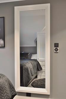 Speil med ramme i stil og farge som innredningen