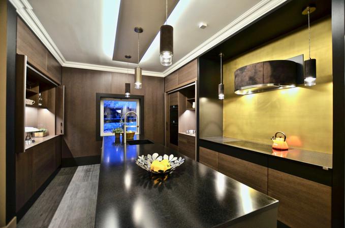 Mørkt treverk, sortmalte overflater og en vegg med ekte gullfarge. Sammen med håndsydd skinn på hette og lamper gir dette et småfrekt uttrykk