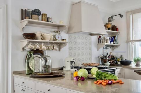 Lyse varme farger definerer dette kjøkkenet som er laget med fokus på godt med arbeidsplass