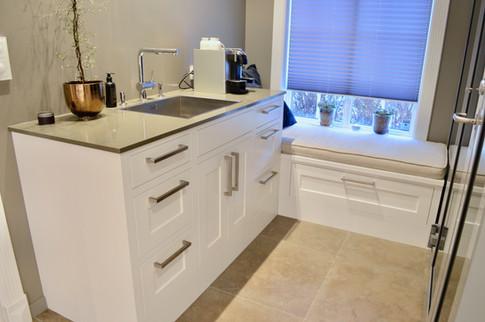 Praktisk med et grovkjøkken med vask nær inngangen til kjøkkenet. Sittebenk foran vinduet er en fin krok til å slappe av etter handletur