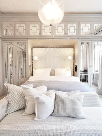Nisje med polstret sengegavl tilpasset frittstående seng
